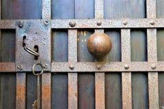 Gesloten oud roestig hangslot op een houten deur stock afbeeldingen
