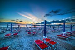 Gesloten paraplu's bij zonsondergang in Sardinige royalty-vrije stock foto