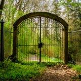 Gesloten poort aan een wilde romantische de lentetuin royalty-vrije stock foto
