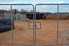 Gesloten poorten op bouwwerf Stock Fotografie