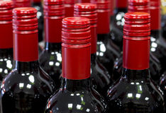 Gesloten rode wijnflessen die zich in opslagvoorraad bevinden Royalty-vrije Stock Foto