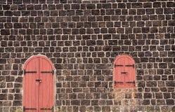 Gesloten Rood Deur en Venster op de oude Muur van de Steen Royalty-vrije Stock Foto