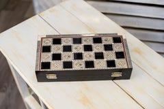 Gesloten schaakbord voor schaakspel op houten lijst royalty-vrije stock foto's