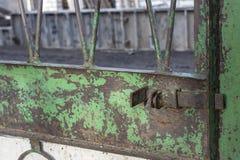 Gesloten slot op de poort stock afbeelding