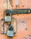 Gesloten slot op de roestige deur stock foto's