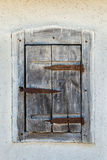 Gesloten uitstekend venster van oud huis royalty-vrije stock foto