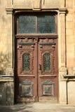 Gesloten uitstekende houten deur stock afbeelding