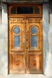 Gesloten uitstekende houten deur in oud stock foto