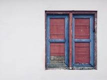 Gesloten venster, uitstekend houten die blind op witte muurbui wordt geïsoleerd stock fotografie