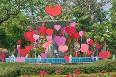 Gesloten, verfraait geen water, fontein met harten voor liefde of dal Stock Foto