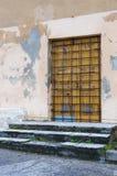 Gesloten verzegelde gele houten deur met metaalbars royalty-vrije stock foto