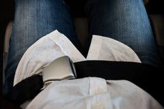 Gesloten vliegtuigveiligheidsgordel over passagiersoverlapping Royalty-vrije Stock Afbeeldingen