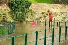 Gesloten voetpad wegens overstroming! Royalty-vrije Stock Foto