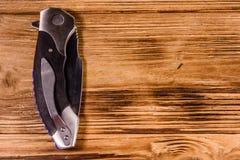 Gesloten vouwend mes op een houten lijst Hoogste mening royalty-vrije stock afbeeldingen