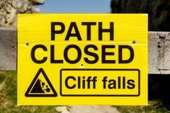Gesloten weg, Cliff Falls-teken Stock Fotografie