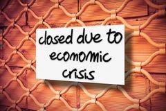 Gesloten wegens economische crisis - conceptenbeeld stock fotografie