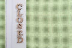 Gesloten Word, vat houten brieven, groene witte achtergrond samen stock afbeelding