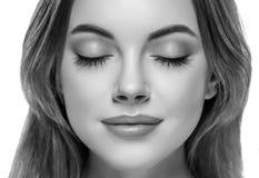 Gesloten zwart-witte de neusstudio van vrouwenogen royalty-vrije stock fotografie