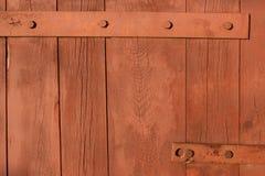 Gesmede metaalscharnier voor poorten en deuren in de oude stijl De scherpe krullen van de luifel van de ijzerdeur zijn met de han stock afbeeldingen