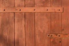 Gesmede metaalscharnier voor poorten en deuren in de oude stijl De scherpe krullen van de luifel van de ijzerdeur zijn met de han stock afbeelding