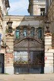 Gesmede openwork metaalpoort van oud huis, Kostroma, Rusland Stock Afbeeldingen