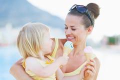 Gesmeerde moeder en baby die roomijs eten Royalty-vrije Stock Foto's