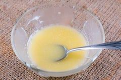 Gesmolten boter in een glaskom op een lijst royalty-vrije stock foto