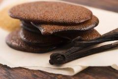 Gesmolten bruine suikerkaramel met vanille stock afbeeldingen