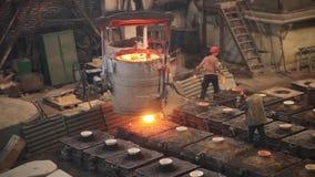Gesmolten die metaal in het zand het vormen en afgietsel van de aluminiumlegering wordt gegoten stock videobeelden
