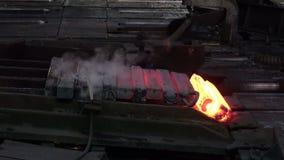 Gesmolten die metaal met water wordt gekoeld stock footage