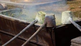 Illustratie van gesmolten metaal die van een gieterij worden gegoten crucibl Stock Foto's