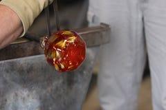 Gesmolten glas op een metaalstaaf voor glas het blazen macro Royalty-vrije Stock Foto's