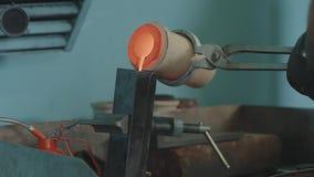 Gesmolten Goud die in Baarvormen worden gegoten Gesmolten Goud die in Baarvormen worden gegoten Gietend metaal of goud die zijn Royalty-vrije Stock Afbeelding