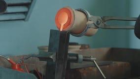 Gesmolten Goud die in Baarvormen worden gegoten Gesmolten Goud die in Baarvormen worden gegoten Gietend metaal of goud die zijn Stock Afbeeldingen