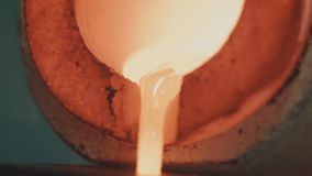 Gesmolten Goud die in Baarvormen worden gegoten Gesmolten Goud die in Baarvormen worden gegoten Gietend metaal of goud die zijn Royalty-vrije Stock Fotografie