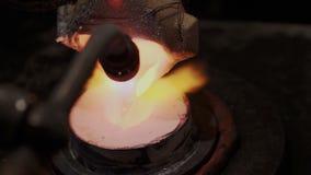 Gesmolten goud, platina of het zilveren gieten in vormvorm terwijl het verwarmen met benzinebrander Gebruikelijk het werkproces v stock video