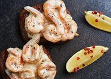 Gesmolten kaas met lapje vlees stock fotografie