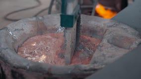Gesmolten metaal het schoonmaken door mixer het vormen en het afgietsel van de aluminiumlegering, roodgloeiend ijzer stock video