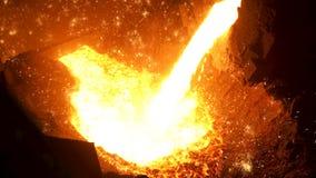 Gesmolten staal die van oven aan gietlepel in staalfabriek voor verdere verwerking worden overgebracht Voorraadlengte details van stock footage