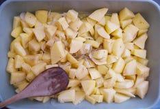 Gesneden aardappels met Italiaanse uien en rozemarijn klaar om worden gebakken royalty-vrije stock afbeelding