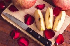 Gesneden appel en mes op houten lijst Stock Foto's