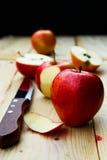 Gesneden Apple en schil Stock Afbeeldingen