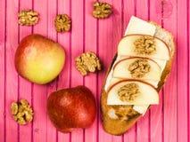 Gesneden Apple met Brie Cheese en Okkernoten op Geroosterde Baguette Royalty-vrije Stock Fotografie