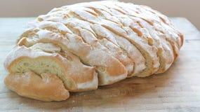 Gesneden baguette of gesneden brood op het blok Stock Afbeeldingen