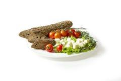 Gesneden baguette, kaas, tomaten, slabladeren Royalty-vrije Stock Afbeelding