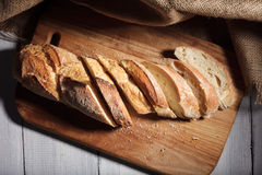 Gesneden baguette op houten raad Royalty-vrije Stock Afbeeldingen