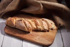 Gesneden baguette op houten raad Stock Foto