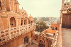 Gesneden balkons en torens van Hawa Mahal - het Paleis van Winden bouwde 1799 in Jaipur, kapitaal van in Rajasthan van India Royalty-vrije Stock Foto