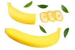 gesneden banaan met groene die bladeren op witte achtergrond worden ge?soleerd Hoogste mening royalty-vrije stock foto's