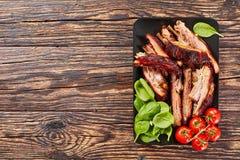 Gesneden BBQ ribben met verse groene spinazie royalty-vrije stock foto's